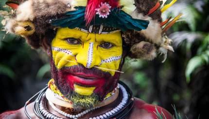 Huli man ready for local singsing (festival)