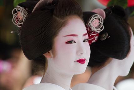 Apprentice geisha on parade